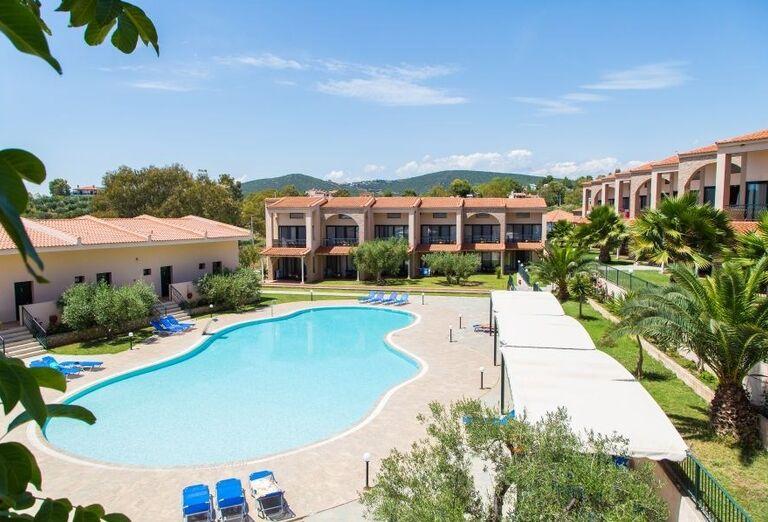 Bazén a hotel Village Mare