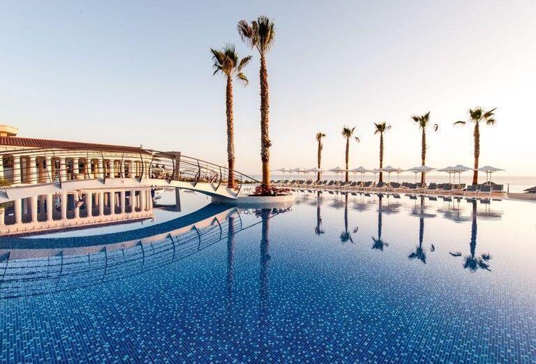Pohľad od bazéna na hotel Potidea Palace