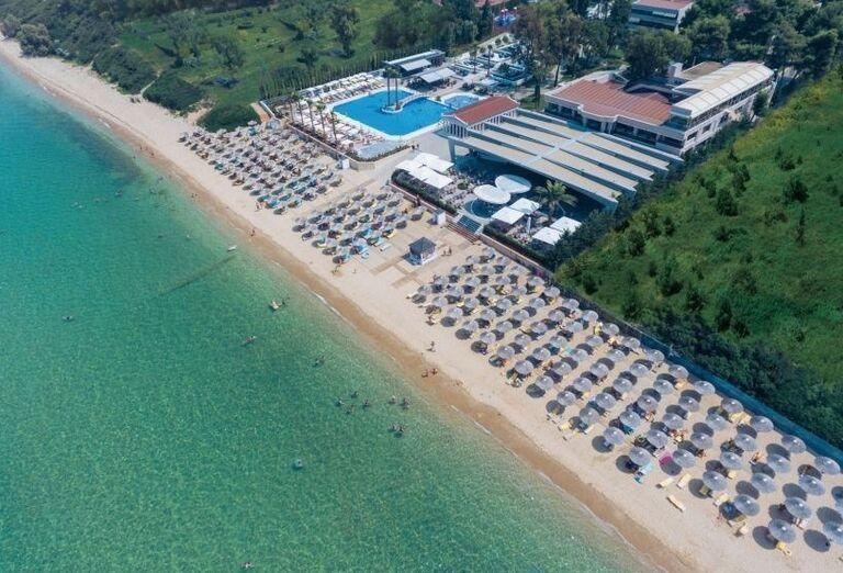 Pohľad z výšky na pláž pred hotelom Potidea Palace