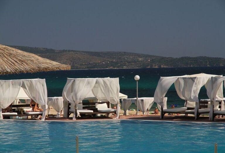 Pohodlné ležadlá a plážové postele v hoteli Blue Dream Palace