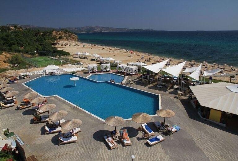 Bazén a ležadlá v hoteli Blue Dream Palace