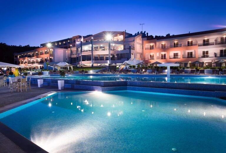 Pohľad od bazéna na hotel Blue Dream Palace