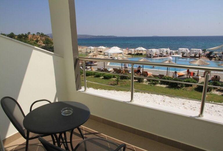 Terasa s výhľadom na more v hoteli Blue Dream Palace