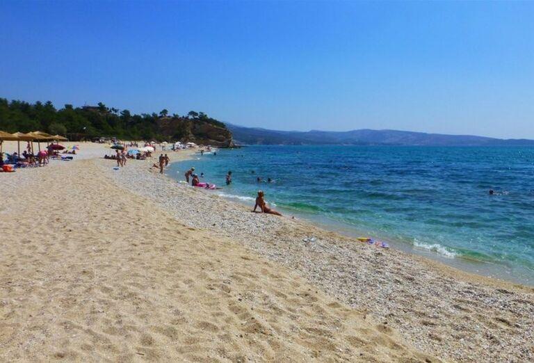 Piesková pláž s drobnými kamienkami pred hotelom Blue Dream Palace