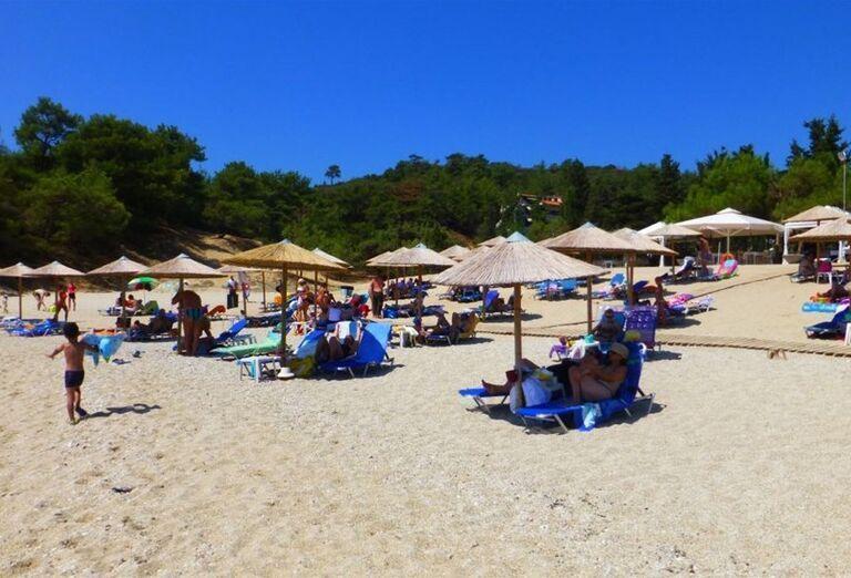 Pláž a ležadlá so slnečníkmi pred hotelom Blue Dream Palace