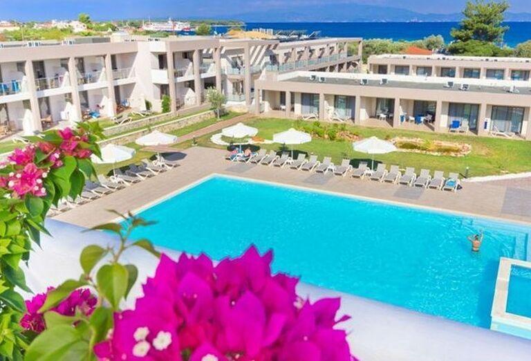 Bazén a pohľad na hotel Alea