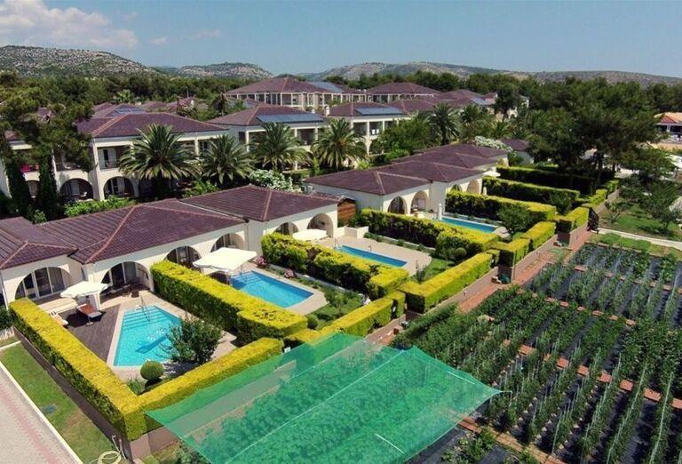 Pohľad z výšky na areál hotela Alexandra Beach Thassos Spa Resort