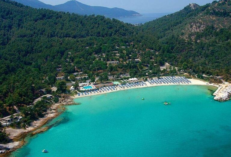 Pláž pred hotelom Makryammos Bungalows