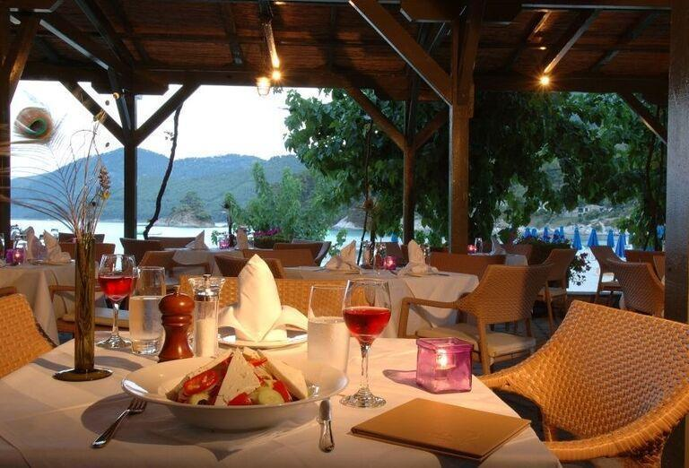 Večera v hoteli Makryammos Bungalows