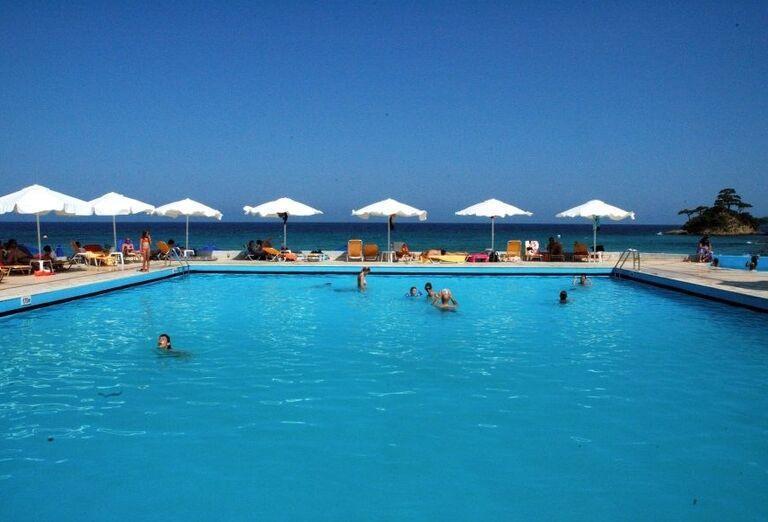 Bazén s ležadlami v hoteli Makryammos Bungalows