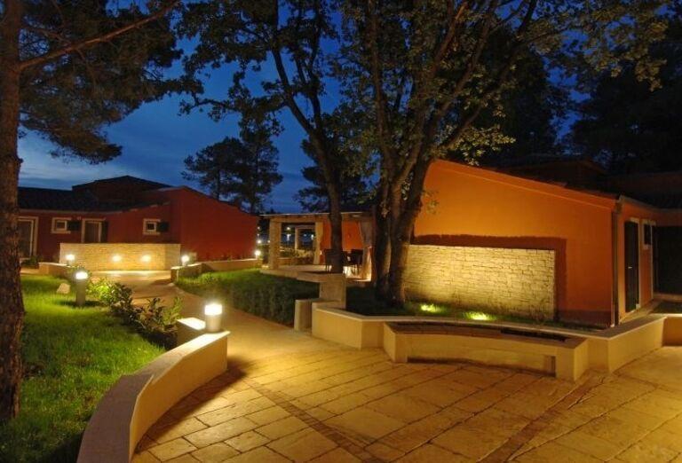 Večerný pohľad na komplex hotela Melia Istrian Villas