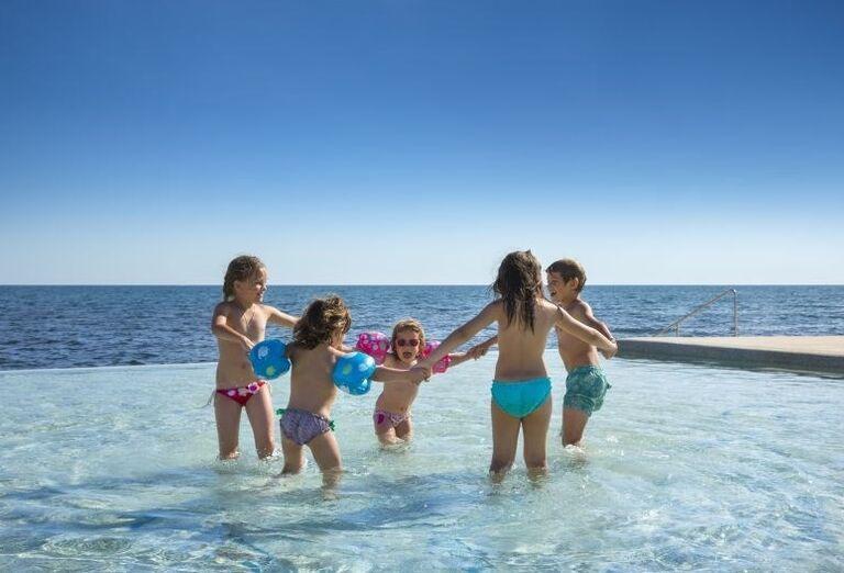 Deti hrajúce sa v bazéne