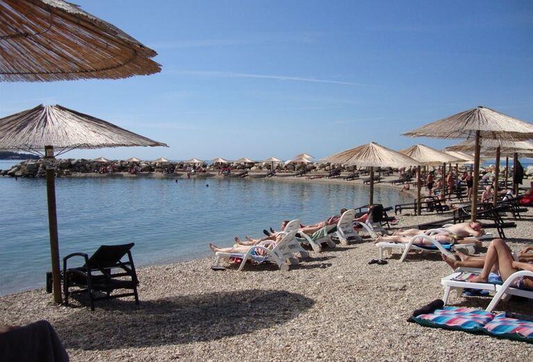Pláž s lehátkami a slnečníkmi hotela Aminess Maestral