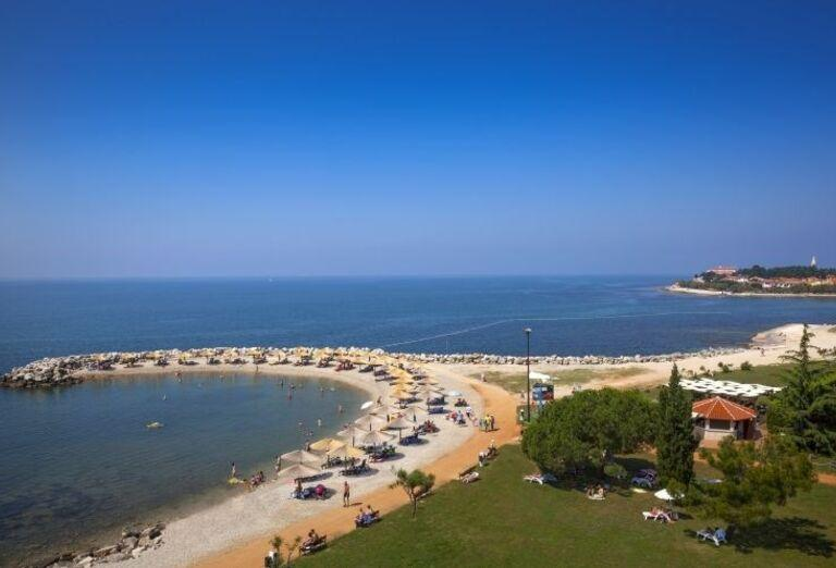 Pohľad na pláž s lehátkami hotela Aminess Maestral