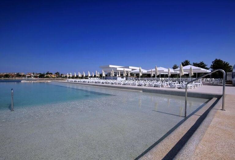 Bazén s lehátkami v hoteli Aminess Maestral