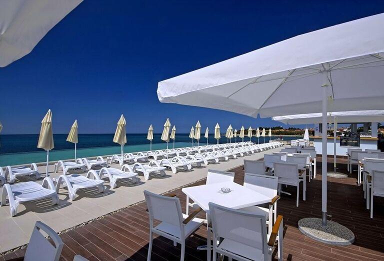 Terasa s výhľadom na more v hoteli Aminess Laguna