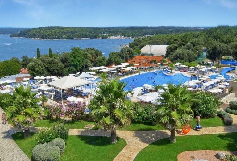 Pohľad z výšky na bazén s palmami v hoteli Valamar Club Tamaris