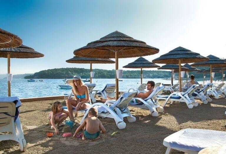 Rodinka oddychujúca na pláži hotela Valamar Club Tamaris