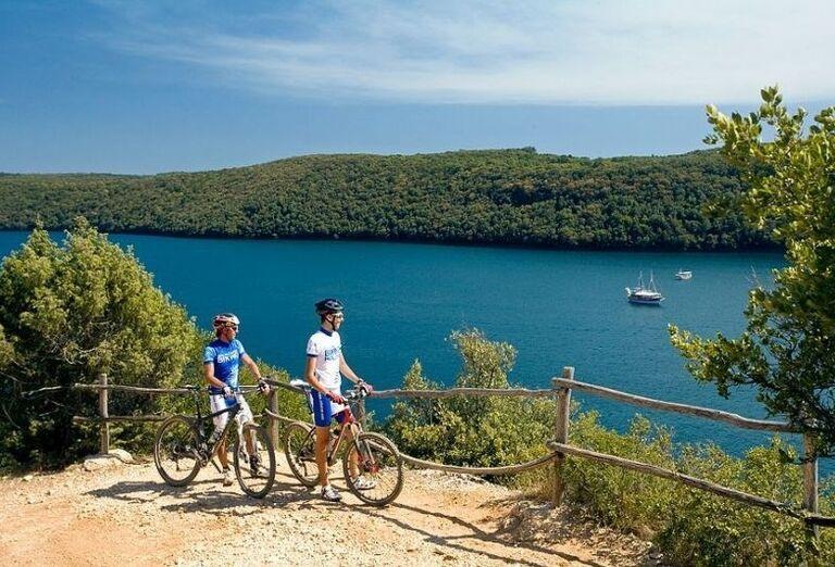 Cyklisti na výlete popri mori