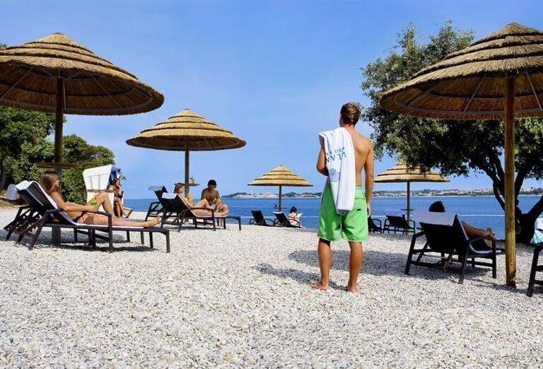 Pláž s lehátkami v hoteli Valamar Club Tamaris