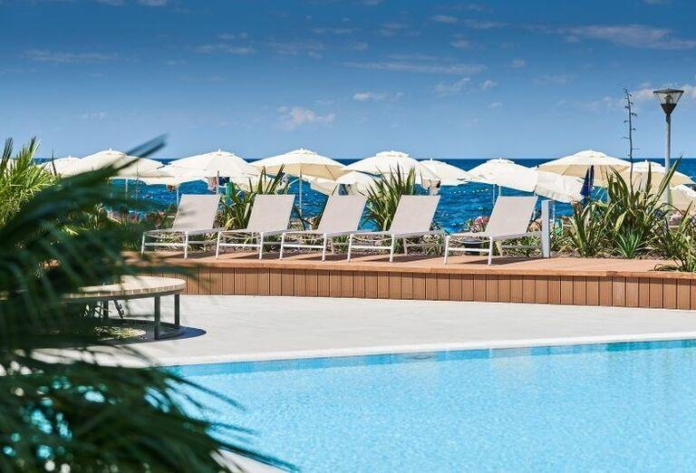 Pohľad od bazéna na lehátka hotela Sol Sipar