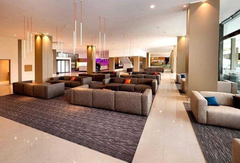 Posedenie v interiéri hotela Laguna Materada