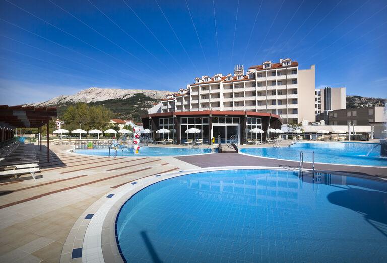 Hotel Corinthia Baška s bazénom v popredí