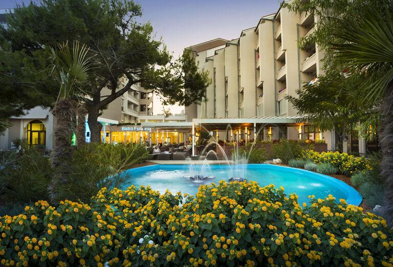 Večer v hoteli Corinhia Baška