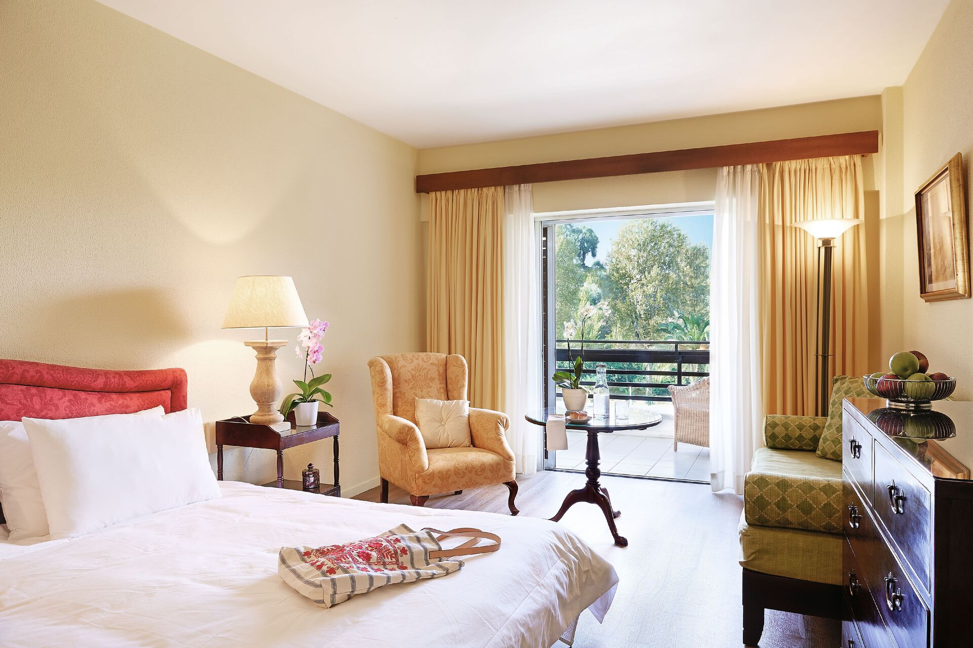 https://cms.satur.sk/data/imgs/tour_image/orig/24-superior-room-garden-view-and-private-balcony_72dpi-1924857.jpg