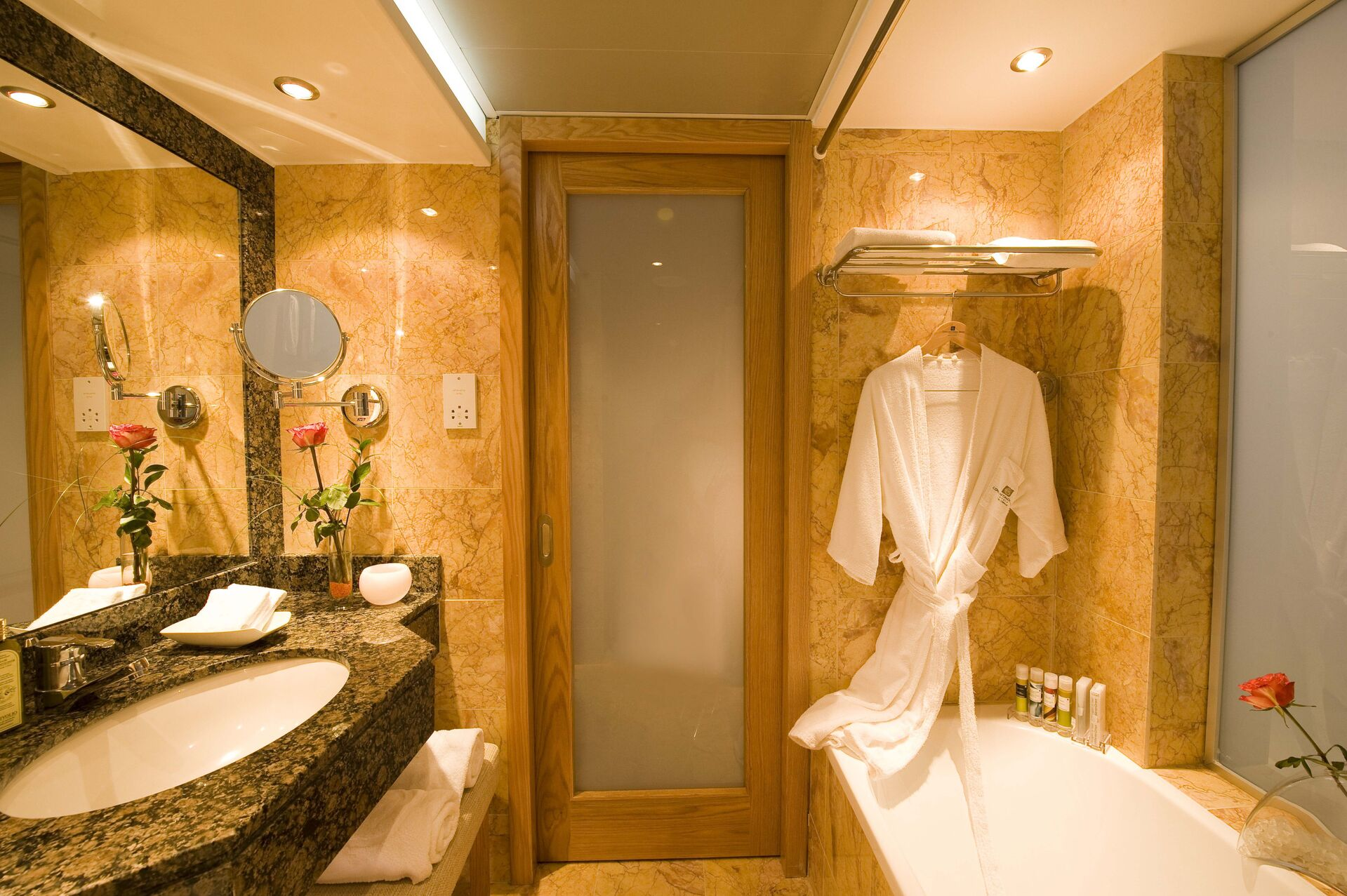 https://cms.satur.sk/data/imgs/tour_image/orig/25-pioneer-beach-hotel-bathroom-all-room-types-1972646.jpg