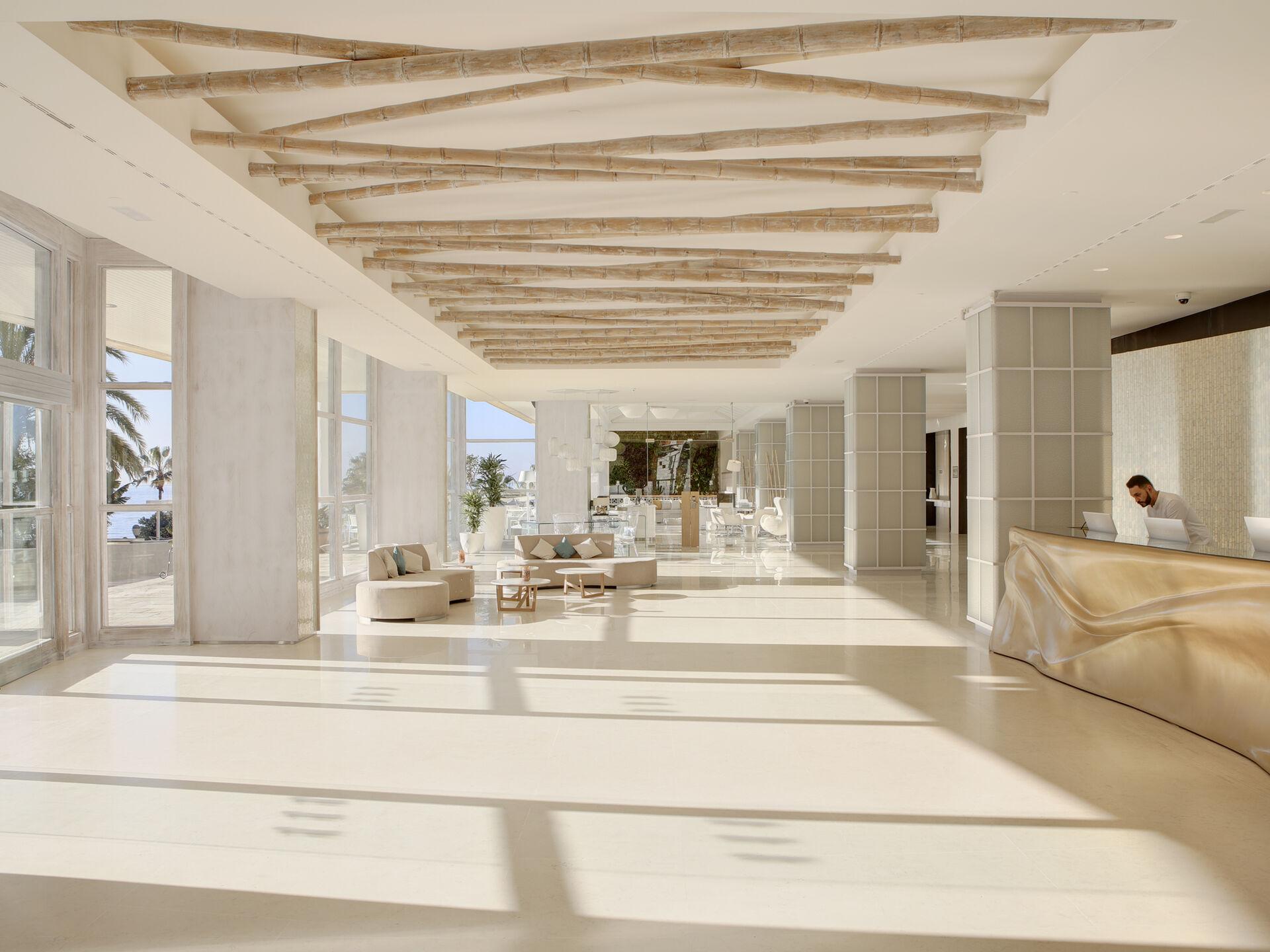 https://cms.satur.sk/data/imgs/tour_image/orig/amare-marbella-instalaciones-recepcion-6-1972141.jpg