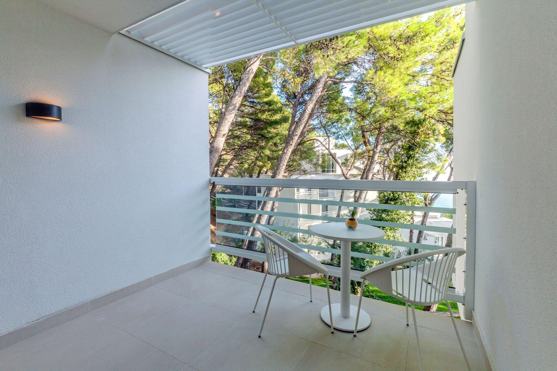 https://cms.satur.sk/data/imgs/tour_image/orig/bluesun_berulia-standard_double_room-balcony-1956622.jpg