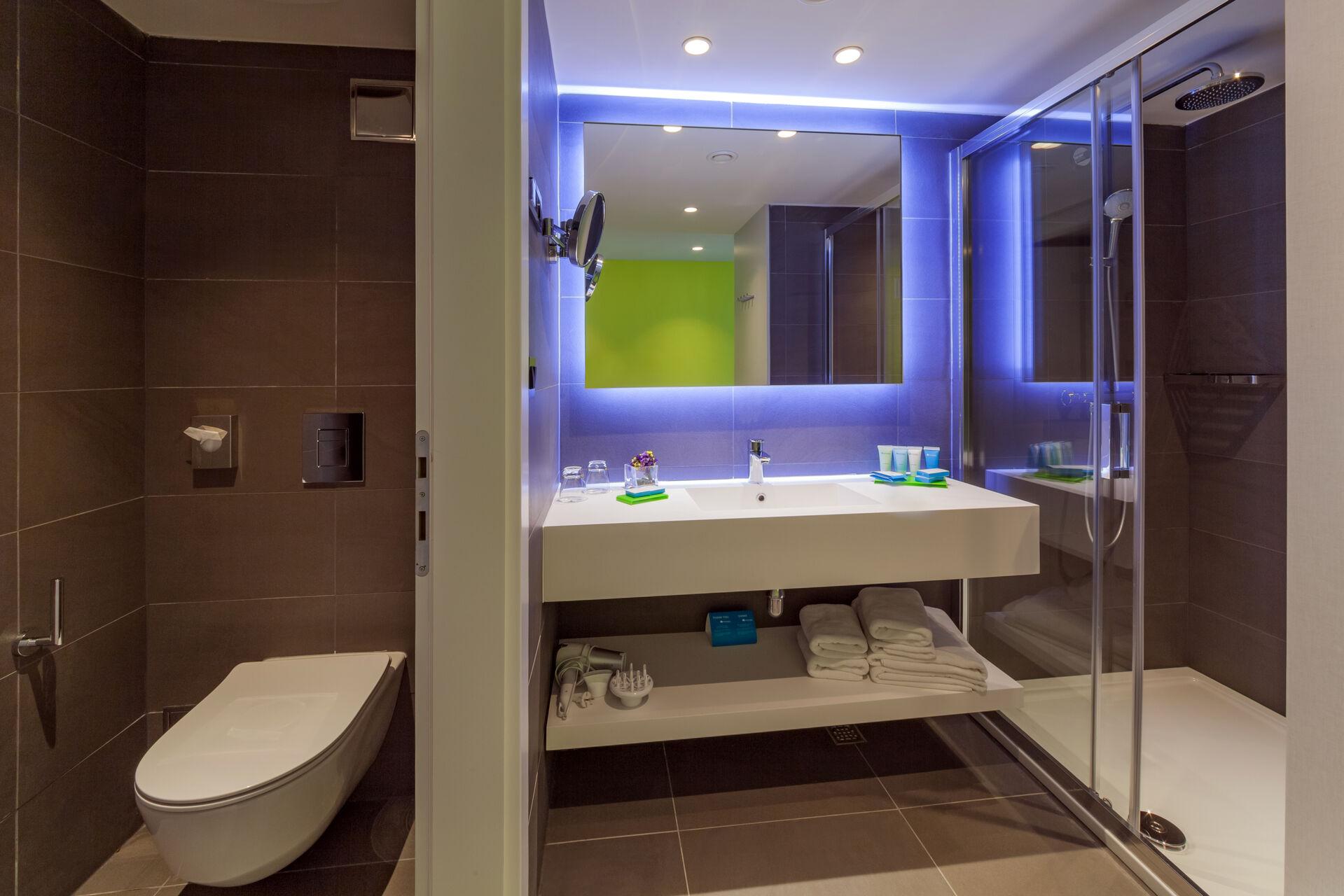 https://cms.satur.sk/data/imgs/tour_image/orig/bluesun_berulia-superior_double_room_sea_side_bathroom-1-1956635.jpg