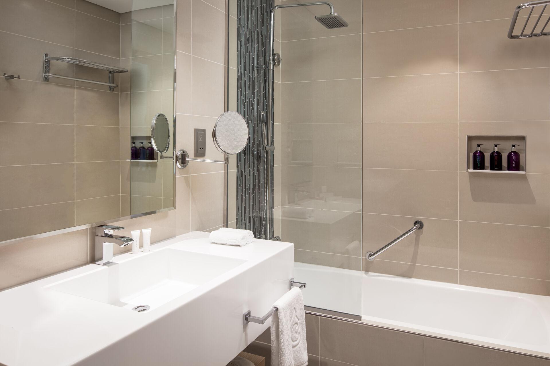 https://cms.satur.sk/data/imgs/tour_image/orig/cdd_dubai-01-superior-room-king-bathroom-2014021.jpg