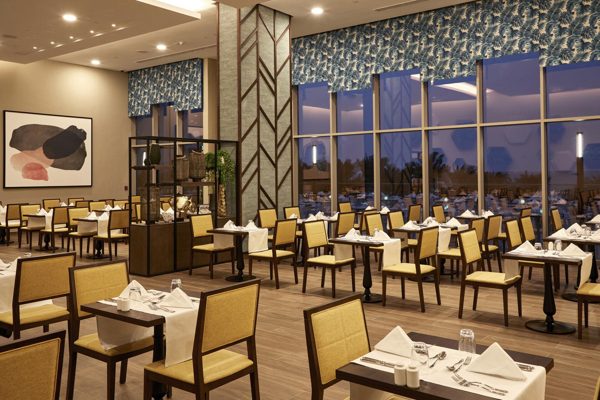https://cms.satur.sk/data/imgs/tour_image/orig/dub_20_129-main-restaurant-1939886.jpg