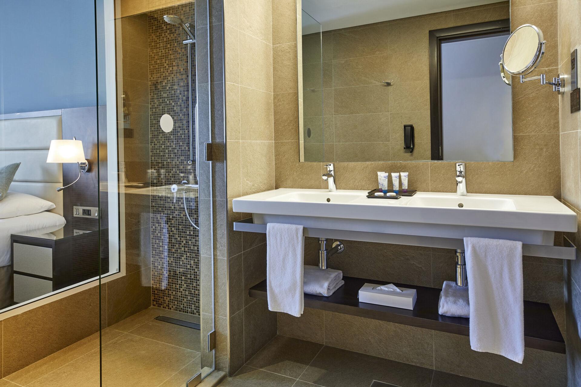 https://cms.satur.sk/data/imgs/tour_image/orig/dub_20_162-double-room-bathroom-1939897.jpg