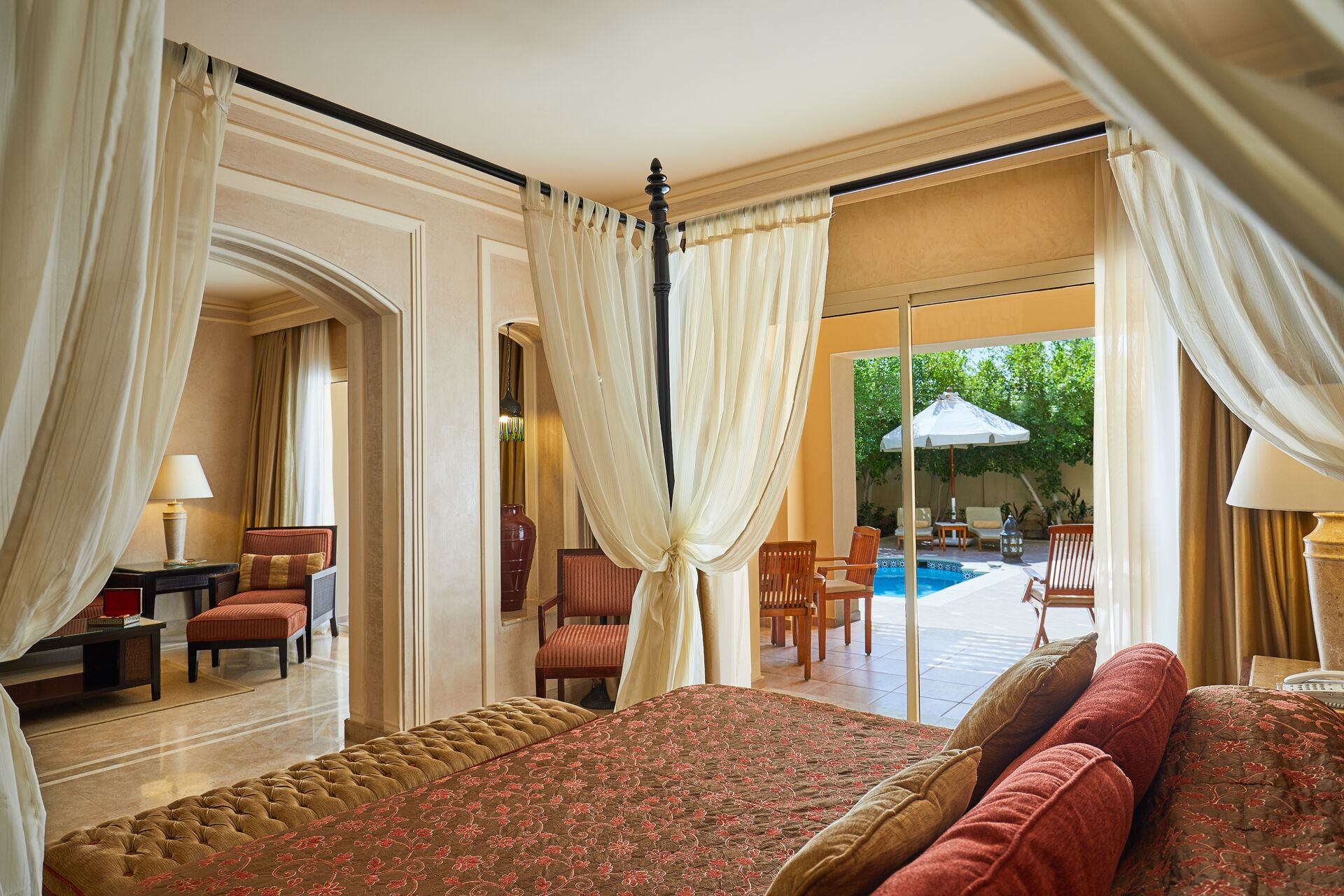 https://cms.satur.sk/data/imgs/tour_image/orig/royal-suite-with-private-pool-020118-1947560.jpg