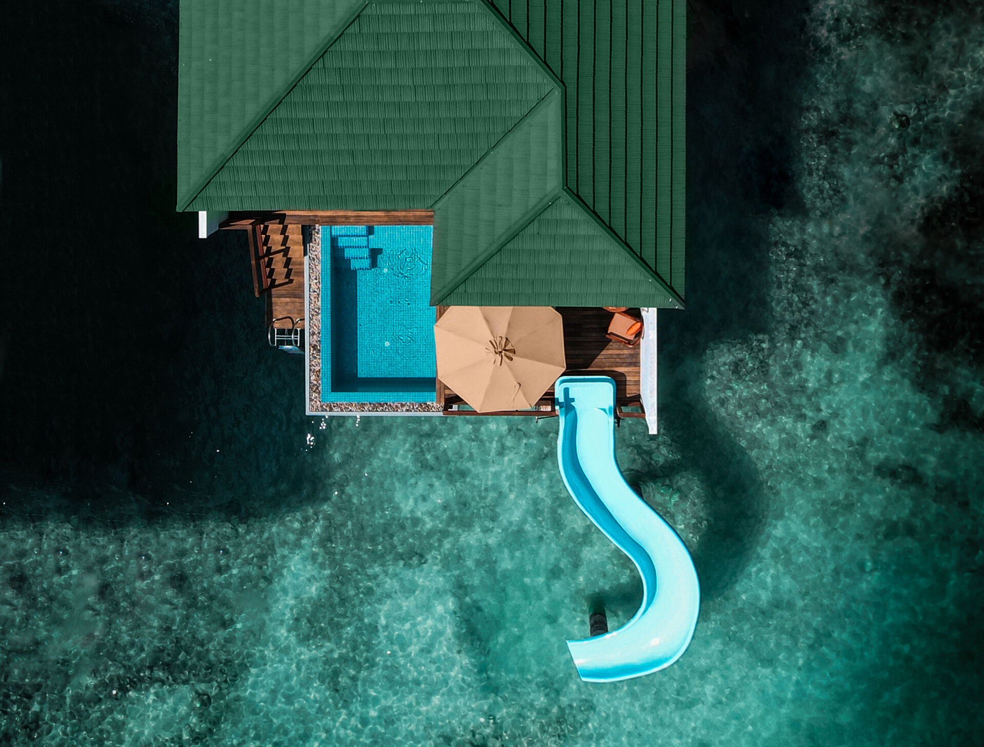 https://cms.satur.sk/data/imgs/tour_image/orig/water-villa-with-pool-slide-from-above-2000573.jpg